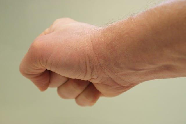 Cómo afectan los cambios gravitacionales y de volumen en la terapia de mano y muñeca